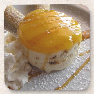 Eiscremekuchen der Aprikose Stau bedeckter Untersetzer