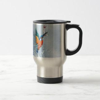 Eisvogelfliegen aus dem Wasser heraus Reisebecher