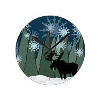 Elche im Snowy-Wald Runde Wanduhr