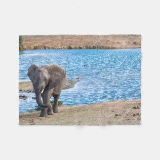 Elefant auf dem See Fleecedecke