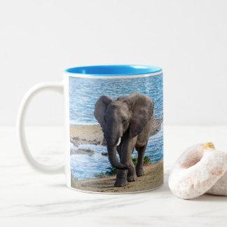 Elefant auf dem See Zweifarbige Tasse