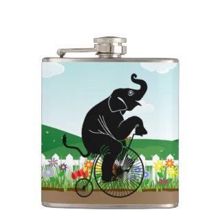 Elefant, der ein Fahrrad reitet Flachmann