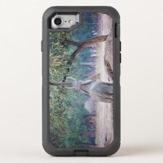 Elefant, der für Akazienbaum erreicht OtterBox Defender iPhone 8/7 Hülle