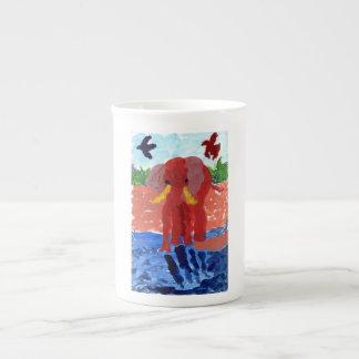Elefant durch die Fluss-Tasse Porzellantasse