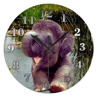 Elefant und Wasser Große Wanduhr