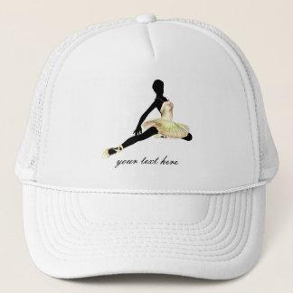 elegant gekleidete Ballerina im Elfenbein Truckerkappe