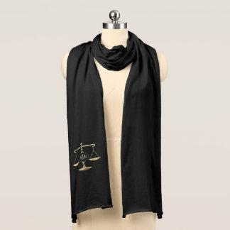 Elegante goldene Skalen von Gerechtigkeit mit Schal
