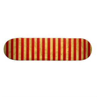 Elegante Goldfolie und rotes Streifen-Muster Skateboard
