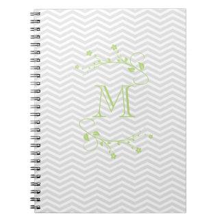 Elegante grüne Geometrie von chevrón und monograma Notiz Buch