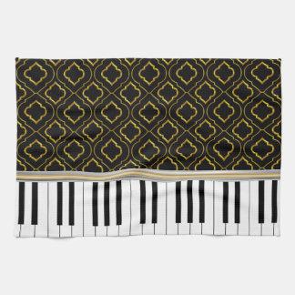 Elegante Klavier-Schlüssel mit Gold Quatrefoil auf Handtuch