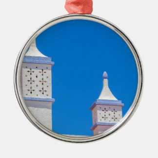 Elegante weiße Kamine in blauem sky.JPG Silbernes Ornament