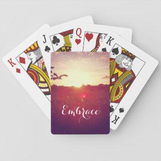 Eleganter Feld-Sonnenuntergang mit Spielkarten