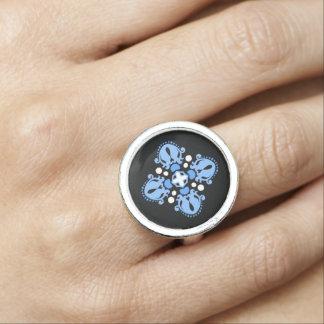 Elegantes Damastblaumotiv Ringe