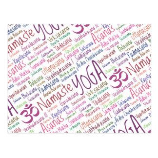 Elegantes lila Yoga bringt Wort-Wolken-Muster in P Postkarte