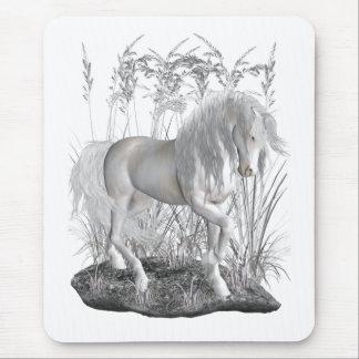 Elfenbein, der weiße Stallion Mousepads