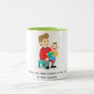 Eltern machen ihre Kinder Leser Zweifarbige Tasse