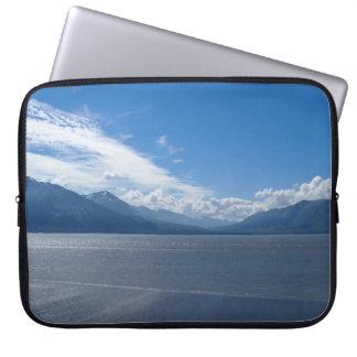 Emporhebende Alaska-Berge Laptop Sleeve