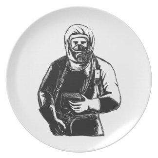 EMT, das Hazmat Anzug Scratchboard trägt Teller