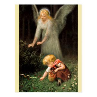 Engel und Mädchen im Wald. Postkarte