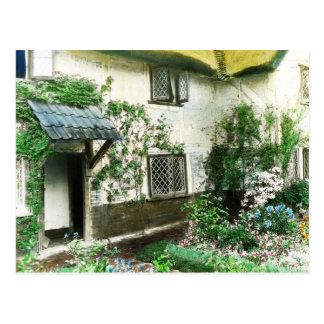 Englischer Hüttengarten mit dem Efeu, der die Tür Postkarte