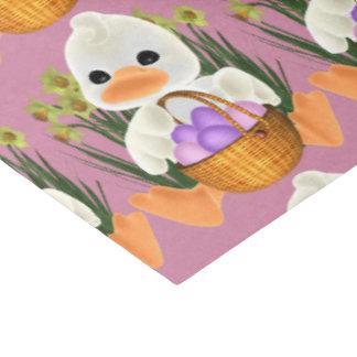 Ente, die Ostereier im Korb hält Seidenpapier