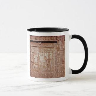Entlastung, die ein Pharao darstellt Tasse