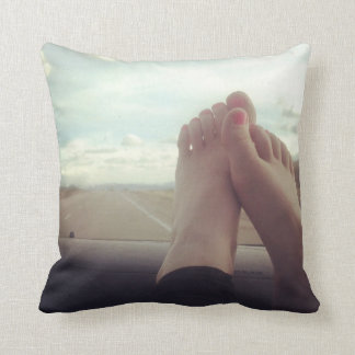 entspannen Sie sich Füße auf dem Armaturenbrett Kissen