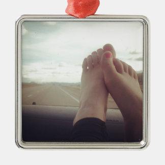 entspannen Sie sich Füße auf dem Armaturenbrett Silbernes Ornament