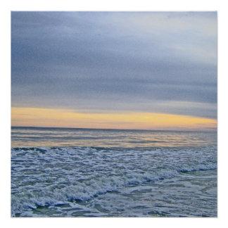 Entspannender Sonnenuntergang durch das Meer Poster