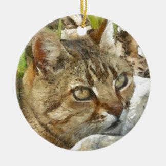 Entspannte Tabby-Katze, die im Garten stillsteht Rundes Keramik Ornament