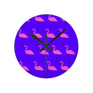 Entwurfs-Flamingos exotisch auf blauer Sammlung Runde Wanduhr
