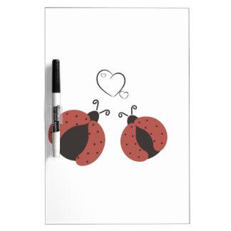 Entzückende niedliche Marienkäfer in der Liebe Trockenlöschtafel