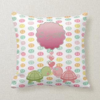 Entzückende Schildkröten in der Liebe auf bunten Kissen