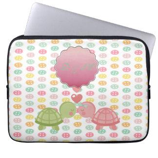 Entzückende Schildkröten in der Liebe auf bunten Laptopschutzhülle