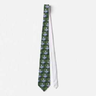 Entzückender dalmatinischer Welpe wartete ein Bad Krawatte