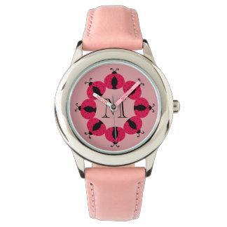 Entzückendes girly Spaßrosa-Marienkäfermonogramm Uhr