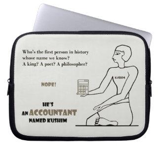 """""""Er ist ein Buchhalter, der genannt wird Kushim """" Laptop Sleeve"""