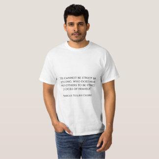 """""""Er kann nicht beim Beurteilen streng sein, das T-Shirt"""