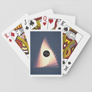 Er mischt Finsternis Spielkarten
