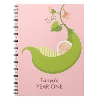 Erbse in einem Hülsen-Mädchen-Baby-Notizbuch Spiral Notizbücher