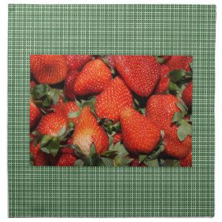 Erdbeere in den grünen Plaidküchenservietten Serviette