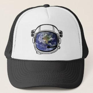 Erde reflektiert im Raumsturzhelm Truckerkappe