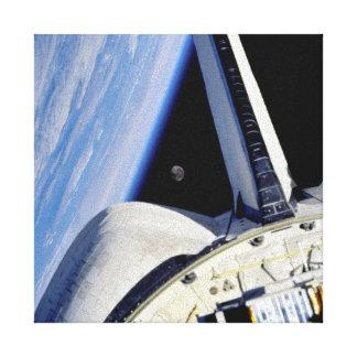 Erde und Mond von der Raumfähre-Entdeckung Leinwanddruck