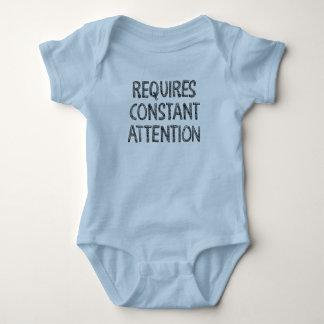 Erfordert konstante Aufmerksamkeit Baby Strampler