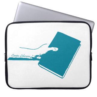 Ergreifen Sie das Buch (aquamarin) Laptop Sleeve