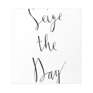 Ergreifen Sie den Tagesbürsten-Skript-Entwurf Notizblock