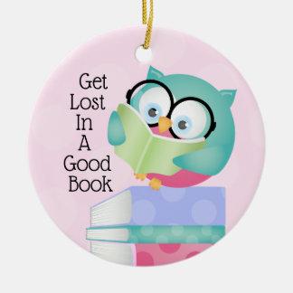 Erhalten Sie in einem guten Buch-Mädchen verloren Keramik Ornament