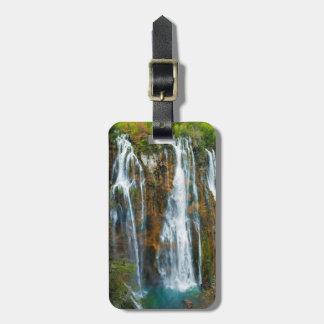 Erhöhte Ansicht des Wasserfalls, Kroatien Gepäckanhänger