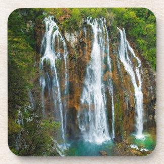 Erhöhte Ansicht des Wasserfalls, Kroatien Getränkeuntersetzer