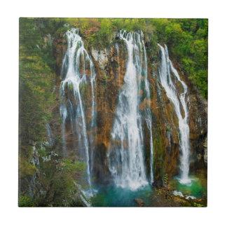Erhöhte Ansicht des Wasserfalls, Kroatien Keramikfliese